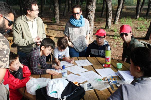 Grupo de visitantes atendiendo explicación de expertos