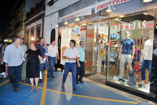 Los ediles pasearon por las calles para visitar los comercios abiertos
