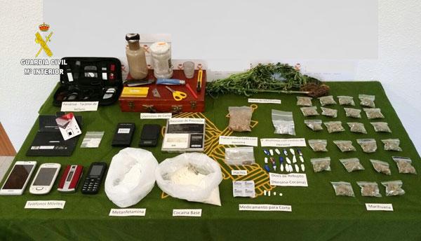Imagen de las sustancias y objetos intervenidos por la Guardia Civil.