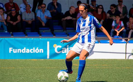 Cinta Rodríguez da un pase durante un partido con el Sporting.