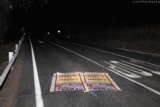 Imagen del cartel caído en el suelo por la acción del viento.