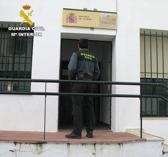 Un agente en el Cuartel de Cartaya (archivo)