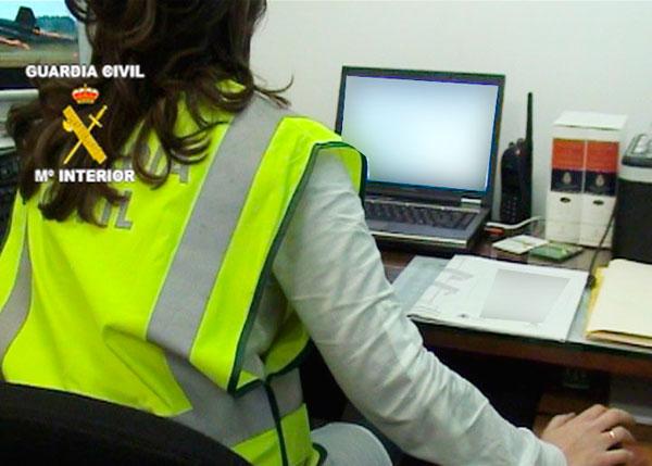 Una agente del Grupo de Delitos Telemáticos de la Guardia Civil durante un servicio (archivo).
