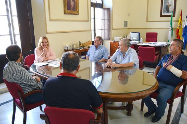La alcaldesa, junto a Manuel Arcángel, Ramón Sevilla, Manuel Cardo, José Quintero y Antonio Sosa, nuevos propietarios de parcelas de los Huertos de Ocio.