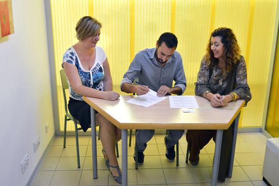 Miguel Beltrán, Mª Victoria Alonso y Luisa Cruz en la firma del convenio.