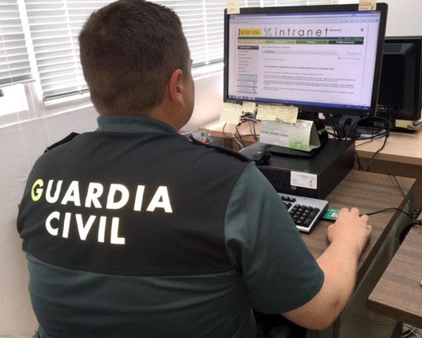 Un agente consulta un ordenador durante un servicio.