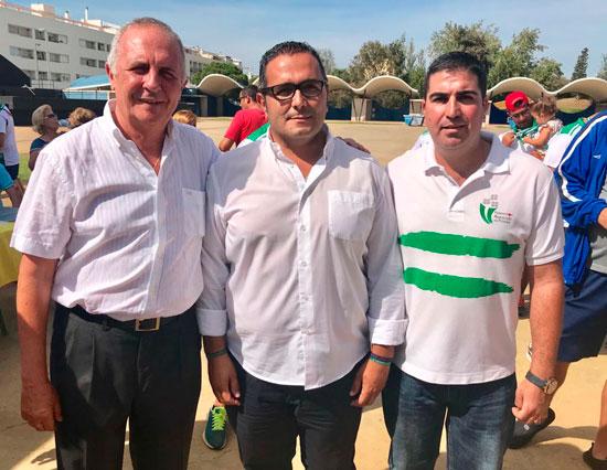 El concejal del Ayuntamiento de Isla Cristina, en el centro junto a los presidentes de las Federaciones Andaluzas y de Huelva de Petanca.