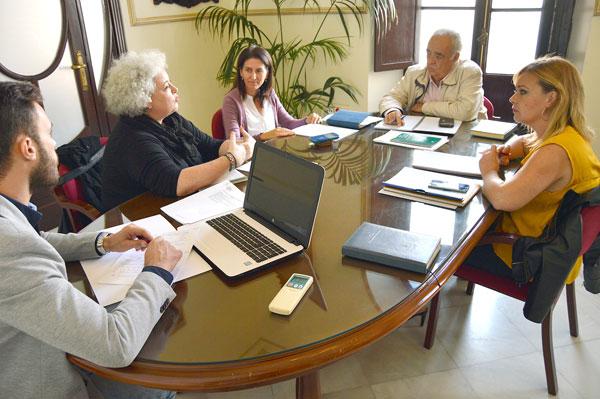 La alcaldesa, Rocío Cárdenas Fernández, el concejal de Urbanismo, José Barrado Agudo y la arquitecta municipal, Tita Jiménez en la reunión con la directora de la Agencia Provincial de la Energía de Huelva, Marta Ruiz Rodríguez.