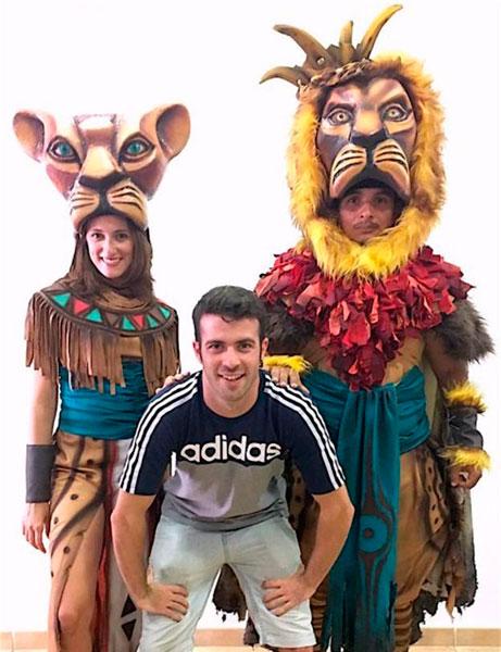 El joven director malagueño Jon Varo junto a dos actores del tributo que se presentará en el teatro sanjuanero.