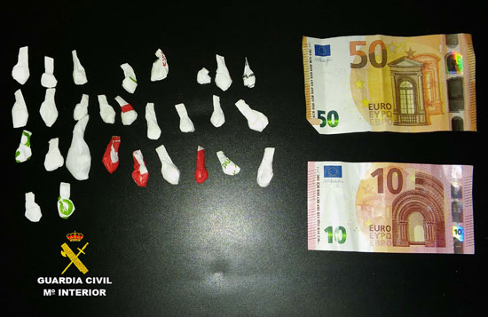 Imagen de las papelinas y el dinero intervenido.