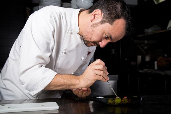 José Duque, durante la elaboración de uno de sus platos.
