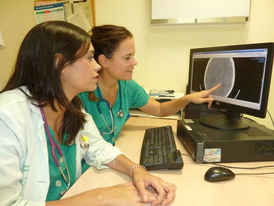 Pediatras de Urgencias observan un TAC craneal de un menor.