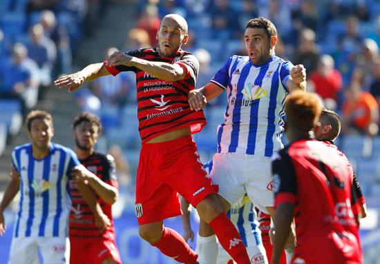 Antonio Nuñez pelea el balón en un salto con un contrario.