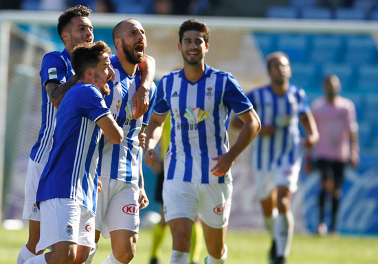 Iván Malón celebra el segunda tanto del encuentro junto a sus compañeros.