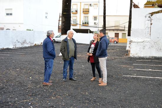 Rocío Cárdenas, Pepe Barrado y Raúl Corralejo supervisan los nuevos aparcamientos de la calle Real.
