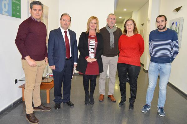 El catedrático de Historia Moderna de la Universidad de Huelva, David González Cruz, junto a la directora de la revista Mª Luisa Laviana, la alcaldesa Rocío Cárdenas y parte del equipo de gobierno.