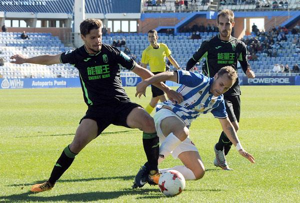 Gorka Santamaría disputa el balón con un rival.