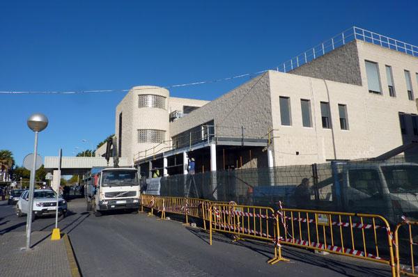 Zona de obras, que suponen la ampliación del edificio hacia el exterior.