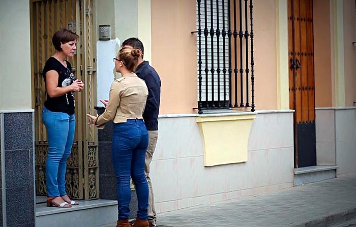 Una persona atiende a dos comerciales (Imagen: Ricardo Gamaza)