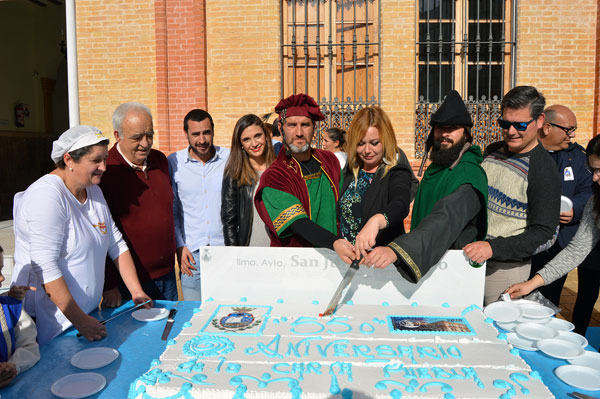 La alcaldesa Rocío Cárdenas junto al Duque de Medina Sidonia y parte de miembros del Ayuntamiento cortan la tarta del 550 Aniversario