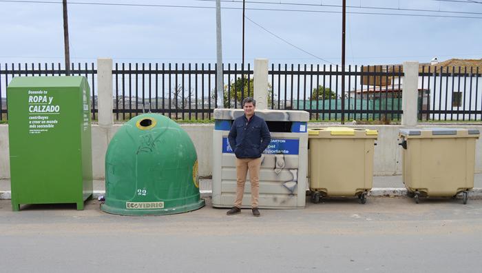 Raúl Corralejo, concejal de Medio Ambiente junto a distintos contenedores de reciclaje situados en la localidad.