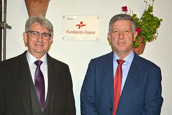 Jose Antonio Agüera, representante de la Fundación Cepsa en Huelva y Carmelo Romero, alcalde de Palos de la Frontera, durante la inauguración de la sala.