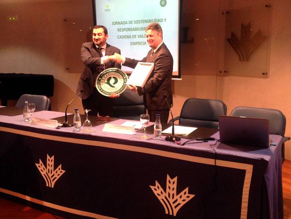 Guillermo Téllez, director general de Caja Rural del Sur recibe el certificado de QSostenible de la entidad.