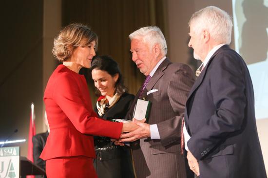 La ministra de Agricultura entrega a José Luis García Palacios, presidente de Fundación Caja Rural del Sur, la distinción de Asaja Sevilla con motivo del 40 Aniversario.
