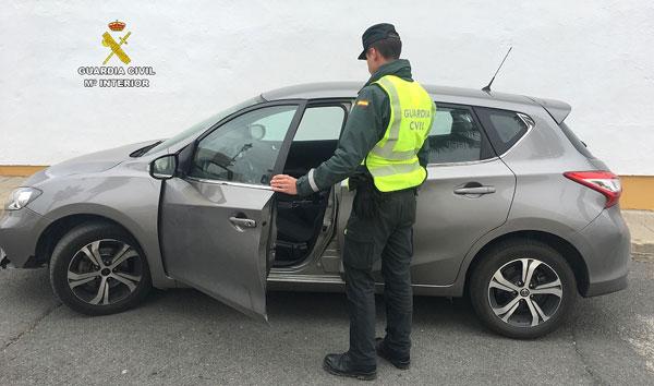 Un agente de la Guardia Civil muestra el vehículo intervenido.