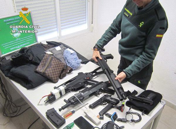 Un agente muestra los diferentes objetos intervenidos en la operación.