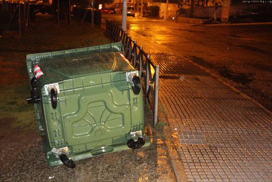 Un contenedor en una localidad onubense, volcado posiblemente por el viento.
