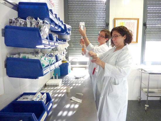 Profesionales de enfermería preparan tratamientos en el Hospital de Día Oncológico.