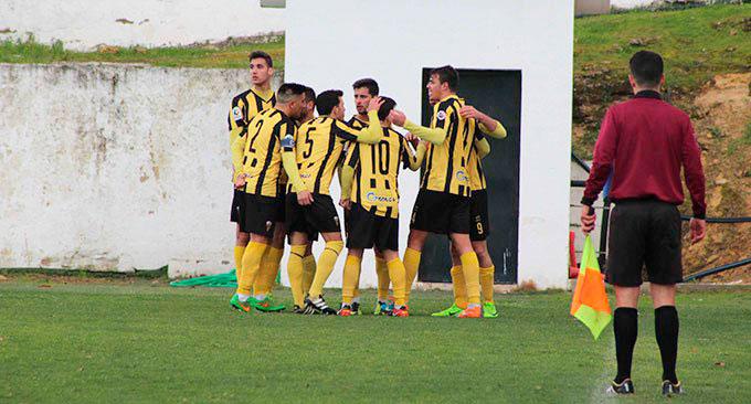 Imagen de la celebración del primer gol del San Roque de Lepe.