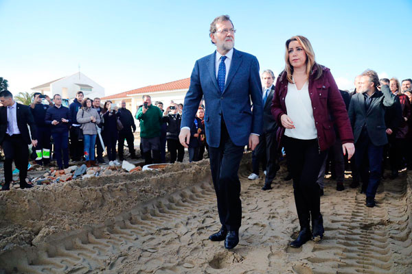 El presidente del Gobierno, Mariano Rajoy, visitó, junto a la presidenta de la Junta de Andalucía, Susana Díaz, la playa de La Antilla, en Lepe (Huelva), una de las más afectadas por el temporal.