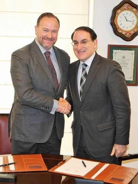 Los presidentes de Caja Rural del Sur y Garántia tras la firma del convenio.