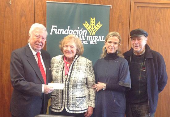 El presidente de  la Fundación Caja Rural del Sur entrega el talón con lo recaudado por el Taller de Pintura de Arteterapia a ASPACEHU.