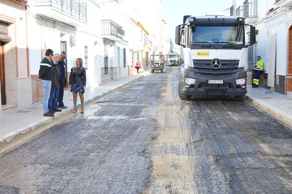 La alcaldesa Rocío Cárdenas junto a los concejales Pepe Barrado y Raul Corralejo comprueban el estado de la misma.