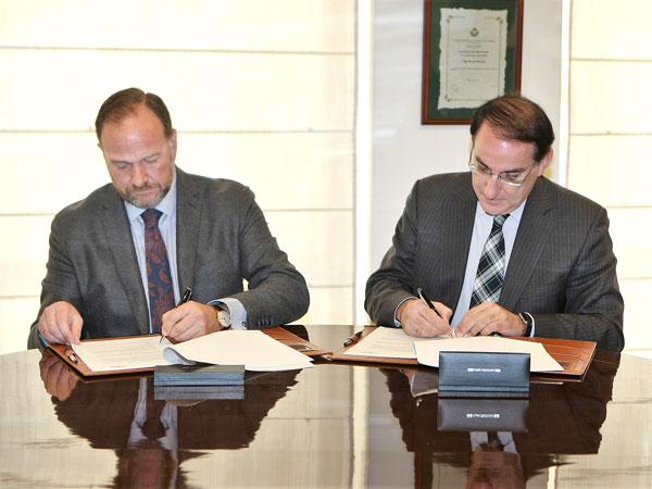 José Luis García Palacios Álvarez y Javier González Lara durante la firma del convenio.