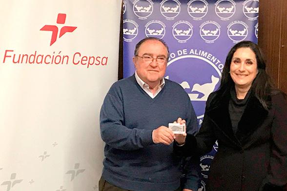 En representación de la Fundación Cepsa en Huelva, Teresa Millán Romero, ha hecho efectiva la entrega de las tarjetas de carburante al presidente del Banco de Alimentos, Juan Manuel Díaz Cabrera.