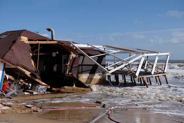 Imagen en el día de hoy de unos chiringuitos afectados en la playa de La Antilla (Lepe).