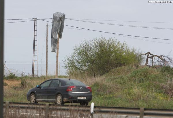 Un chapa metálica desplazada a poste eléctrico en la localidad de Trigueros (Huelva).
