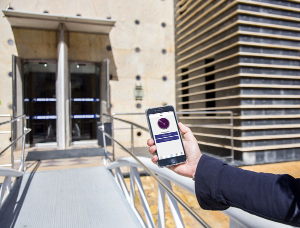 Dispositivo Smartphone con la APP Outbarriers, localizando la baliza de EMAHSA.
