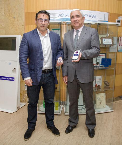 Jose Alejandro Fernández y Francisco José Abad muestran la baliza inteligente y la APP que permite la visita audio guiada.