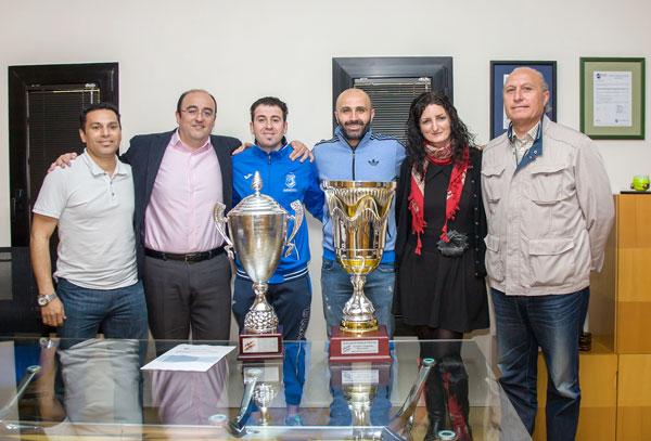 Integrantes de CDS Huelva y representantes de Aguas de Huelva, junto a las copas de España conseguidas
