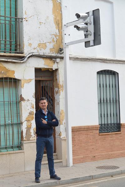 Raúl Corralejo junto al nuevo dispositivo de seguridad vial de San Juan del Puerto.