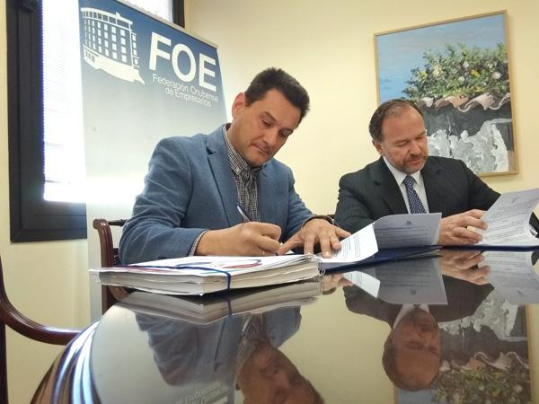 Noel Alfaro Martín y José Luis García-Palacios Álvarez durante la firma del convenio.