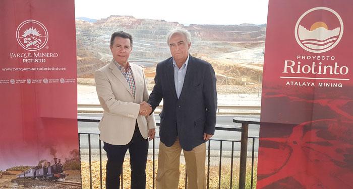 José Luis Bonilla, director de la Fundación Río Tinto y Ramón César Martínez Buschek, presidente de honor Fundación Atalaya escenifican el acuerdo entre ambas entidades con un apretón de manos.