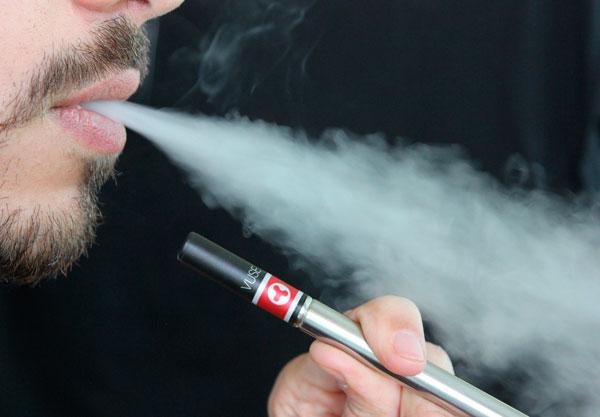 Una persona utiliza un cigarrillo electrónico.