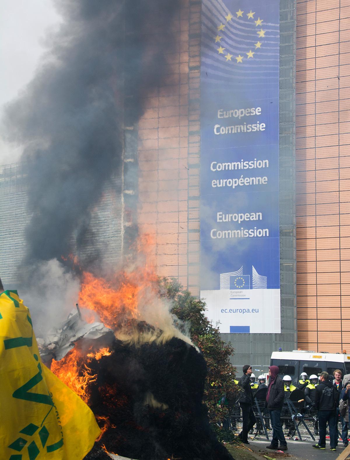 Una protesta de agricultores y ganaderos frente a la Comisión Europea en Bruselas, en septiembre de 2015