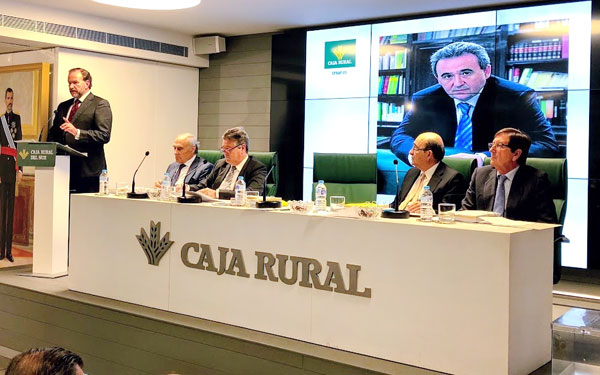 La Asamblea de Caja Rural del Sur rindió homenaje al anterior director de la entidad, Rafael López Tarruella, fallecido el año pasado de manera repentina.